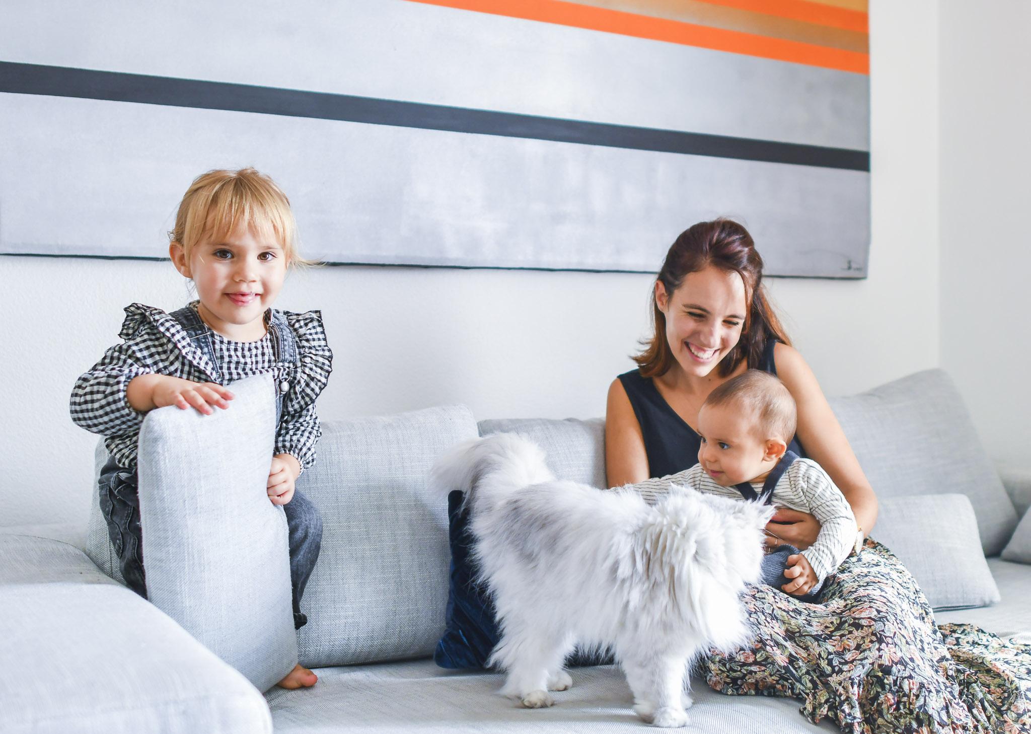 Chloé, Salomé, Achille et le chat sur le canapé
