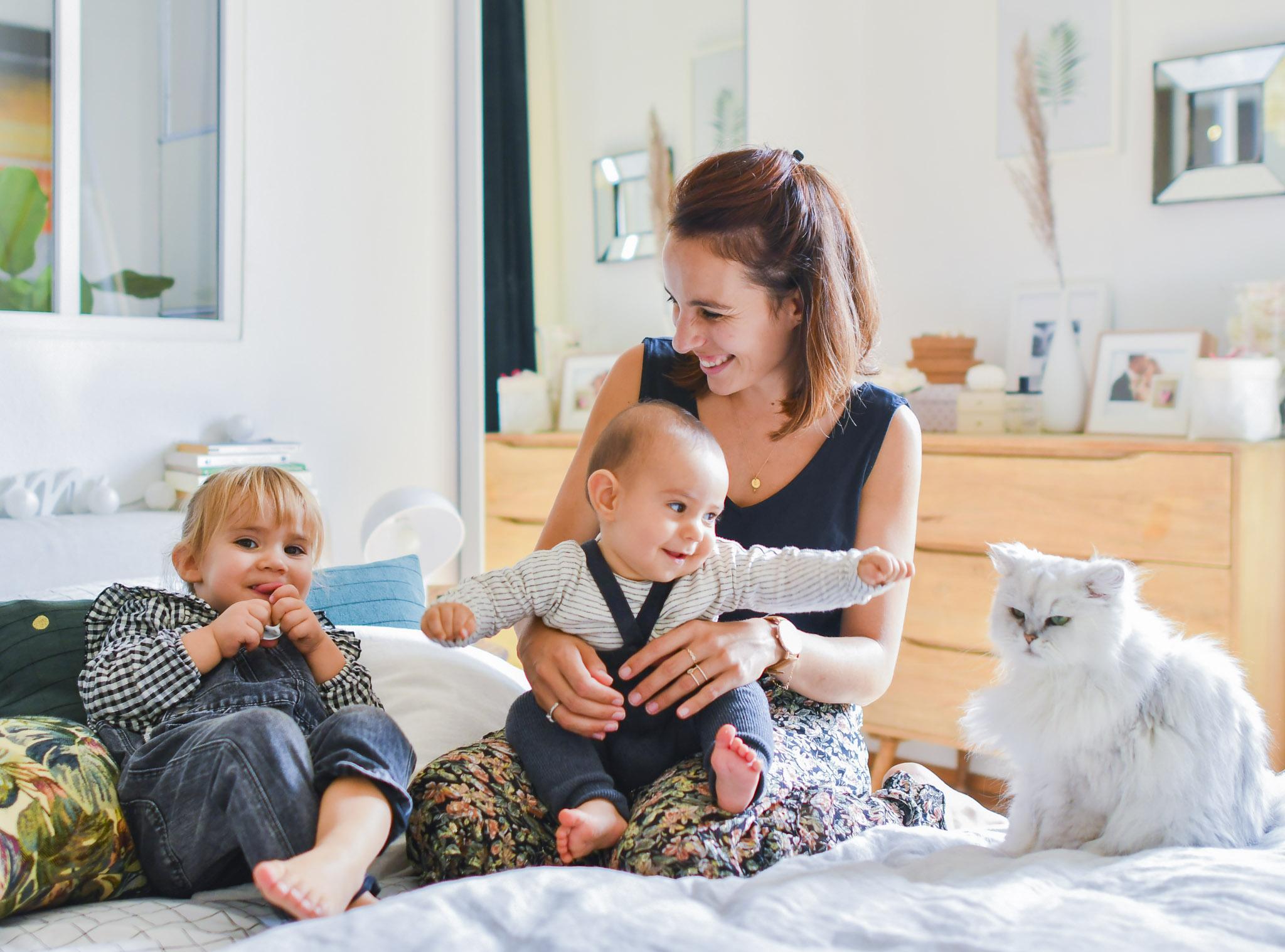 Chloé, Salomé, Achille et le chat sur le lit