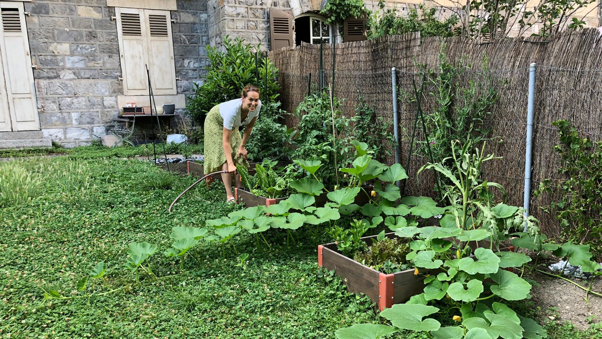 Jasmina en train de faire du jardinage